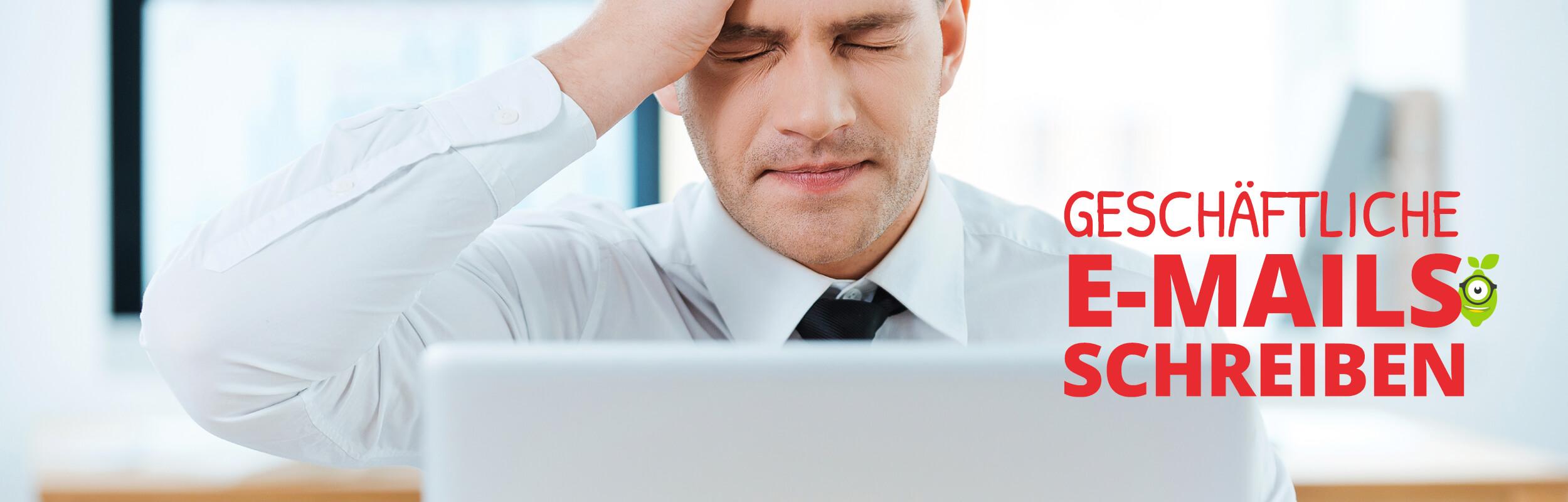 Man beim Schreiben einer geschäftlichen E-Mail